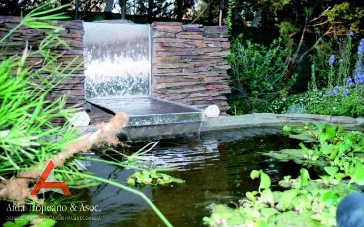 Fuente  de agua: Estanques de jardín de estilo  por Aida Tropeano & Asoc.,