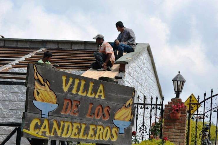 DISEÑO DE PORTÓN (ENTRADA): Casas campestres de estilo  por P A Z A R T E, Rural Ladrillos