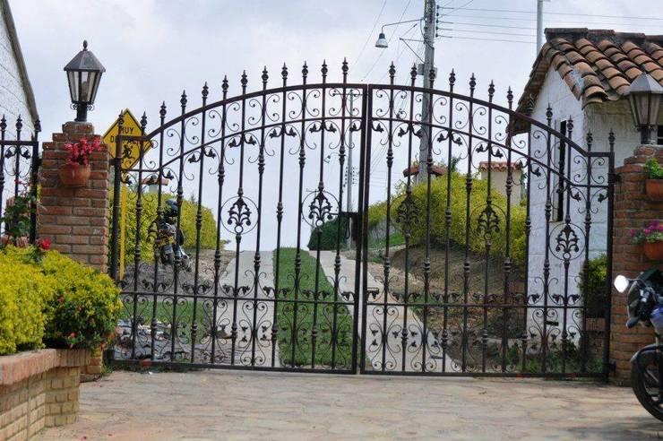DISEÑO DE PORTÓN (ENTRADA): Casas campestres de estilo  por P A Z A R T E, Rural Cobre/Bronce/Latón