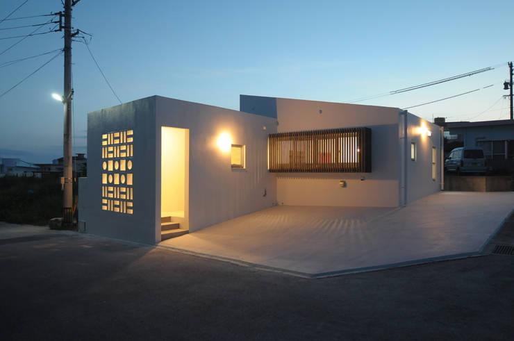 23坪のお家に色色: hacototo design roomが手掛けた一戸建て住宅です。