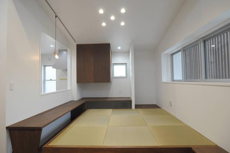 23坪のお家に色色: hacototo design roomが手掛けた和室です。