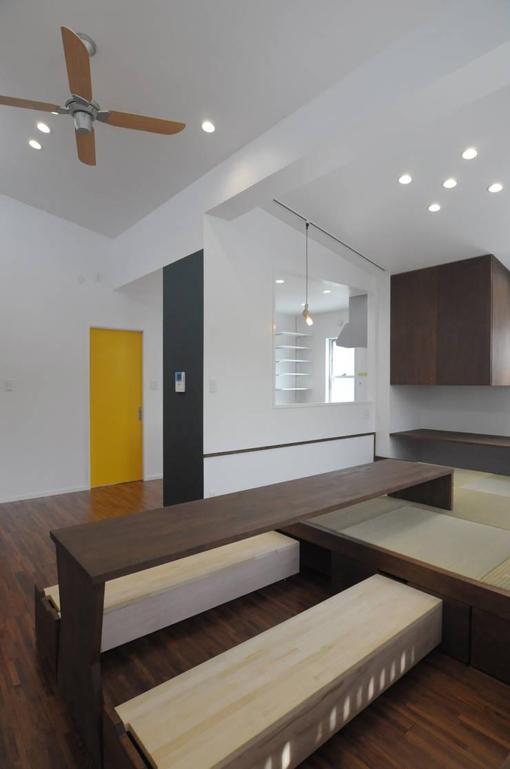 23坪のお家に色色: hacototo design roomが手掛けたリビングです。