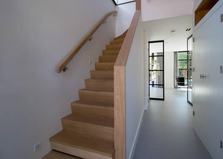 Corredores, halls e escadas modernos por By Lilian Moderno