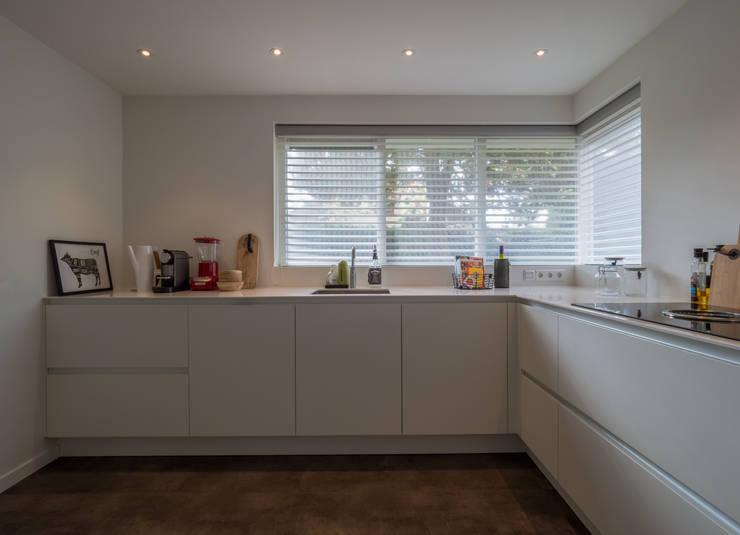 Modern & sfeervol interieur in vrijstaande woning:  Inbouwkeukens door By Lilian