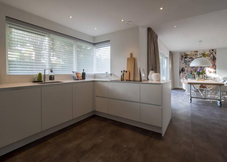 Modern & sfeervol interieur in vrijstaande woning:  Keuken door By Lilian