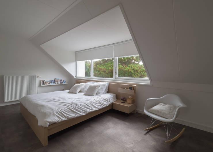 Modern & sfeervol interieur in vrijstaande woning:  Slaapkamer door By Lilian