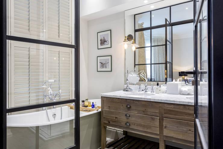 Baños de estilo  por GK Architects Ltd
