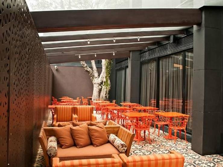 terraza de comedor principal: Hoteles de estilo  por Ecologik
