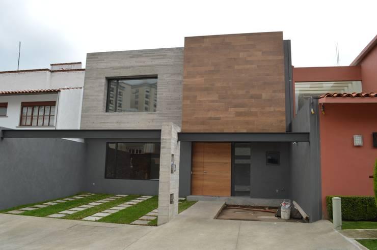 Fachada principal: Casas de estilo  por Revah Arqs