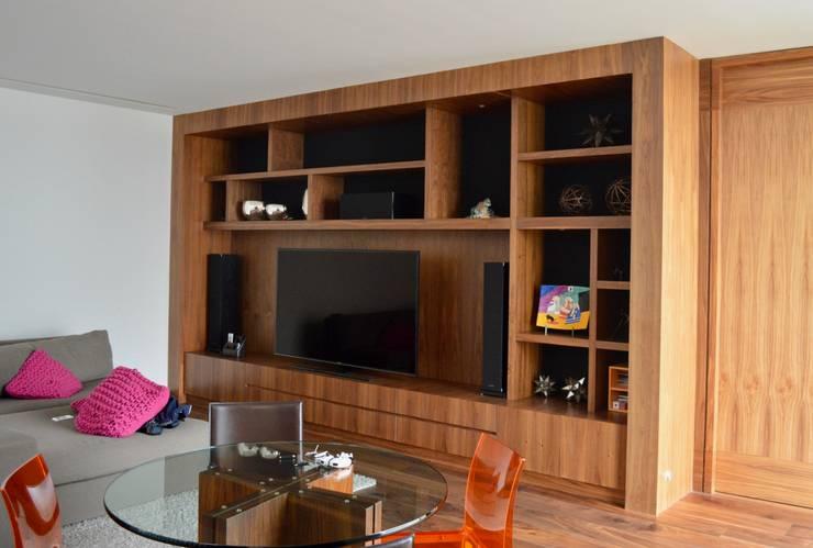 Mueble de TV: Estudio de estilo  por Revah Arqs