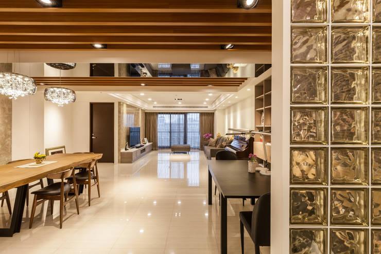 質潤。自在鏡謐好宅:  客廳 by 好室佳室內設計