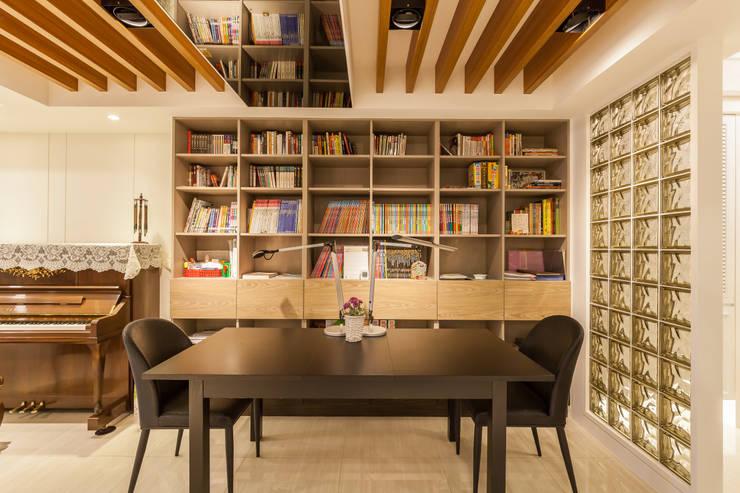 質潤。自在鏡謐好宅:  書房/辦公室 by 好室佳室內設計