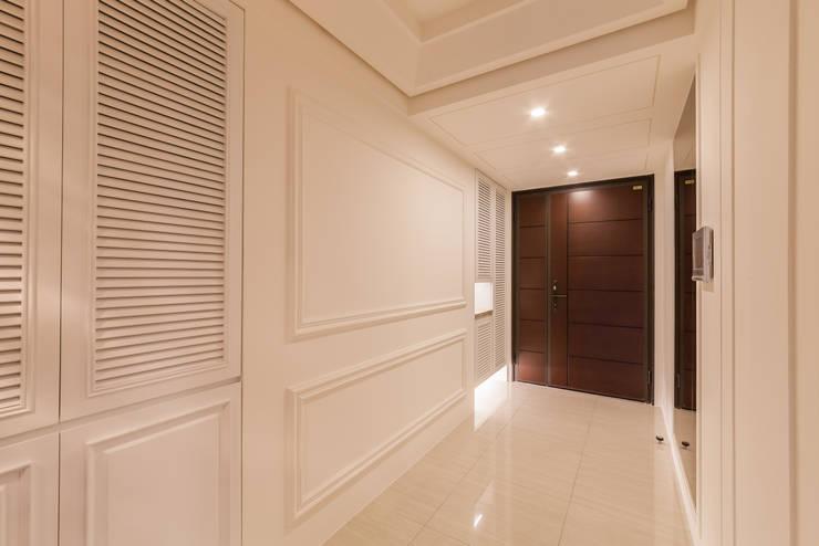 質潤。自在鏡謐好宅:  玄關、走廊與階梯 by 好室佳室內設計