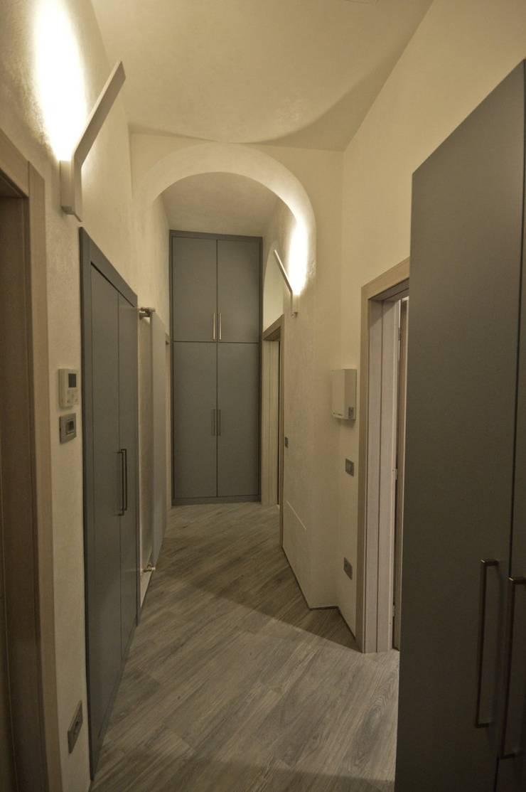 """Appartamento in centro storico """"Lui"""": Ingresso & Corridoio in stile  di Studio di Architettura IATTONI,"""