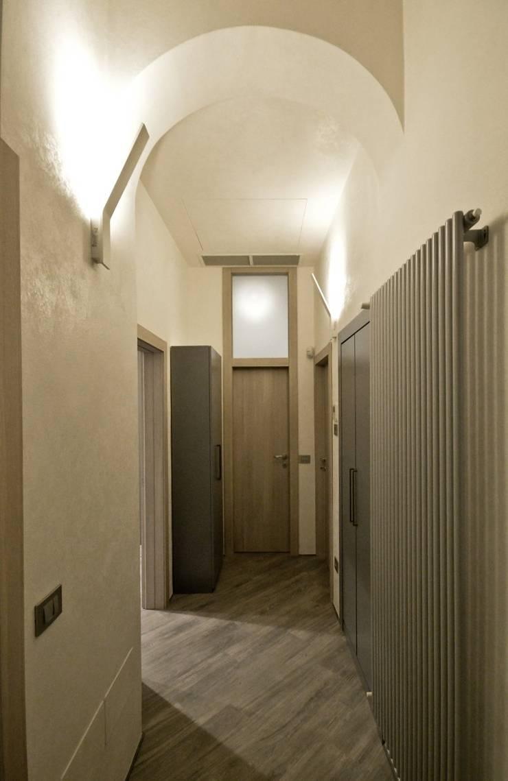 Appartamento in centro storico <q>Lui</q>: Ingresso & Corridoio in stile  di Studio di Architettura IATTONI,