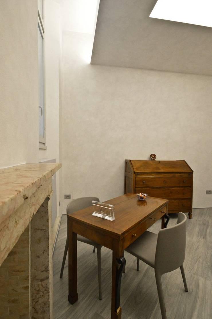 Appartamento in centro storico <q>Lui</q>: Soggiorno in stile  di Studio di Architettura IATTONI,