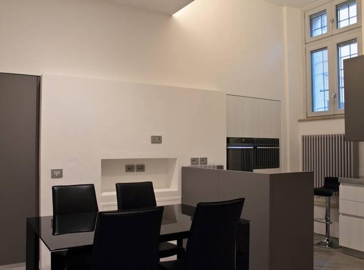 Appartamento in centro storico <q>Lui</q>: Sala da pranzo in stile  di Studio di Architettura IATTONI,