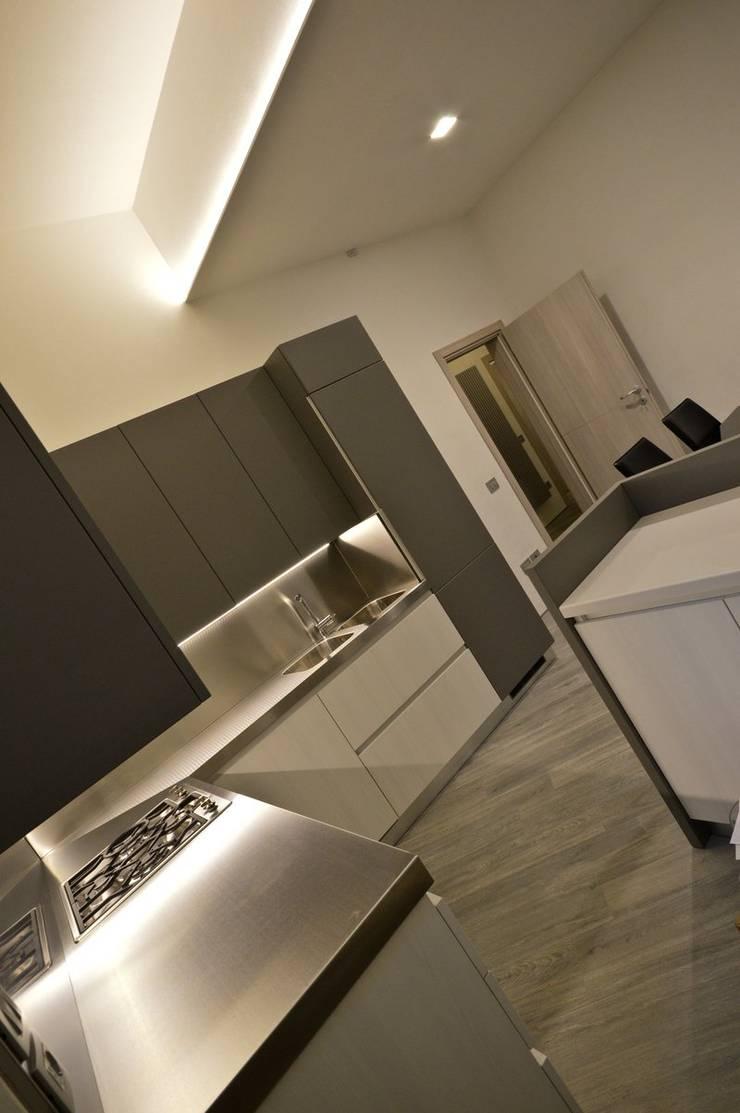 Appartamento in centro storico <q>Lui</q>: Cucina in stile  di Studio di Architettura IATTONI,