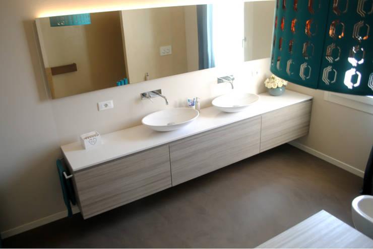Baños de estilo  por Due Punto Zero