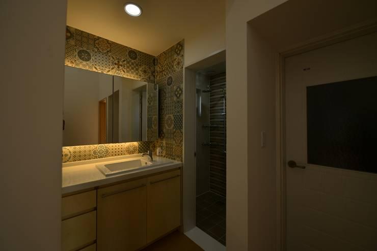 인천시 중구 단독주택: (주)종합건축사사무소 시담의  욕실,
