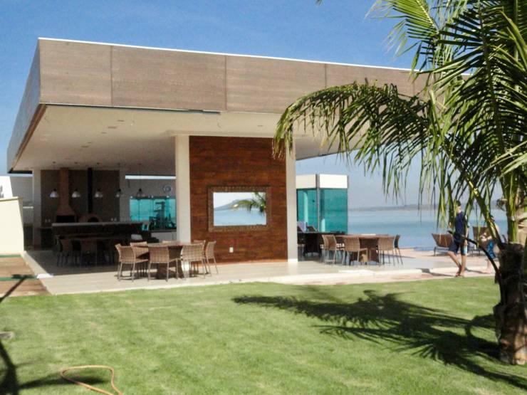 Vista a partir do jardim: Terraços  por Costa Lima Arquitetura Design e Construções Ltda