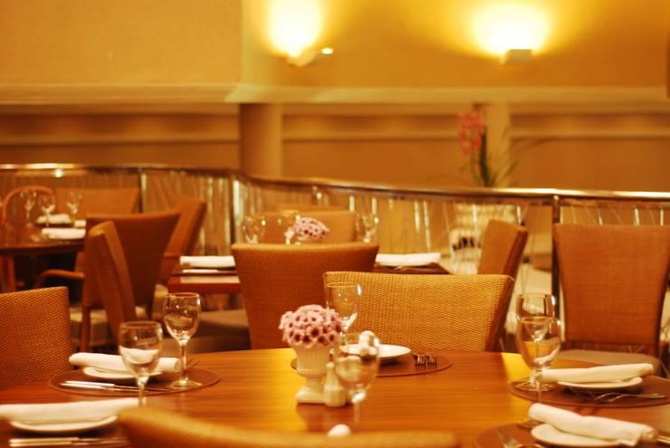 Detalhe mesa: Espaços gastronômicos  por Costa Lima Arquitetura Design e Construções Ltda