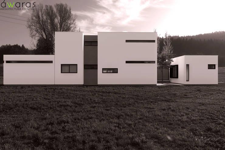 CASA LC | FRENTE ESTE: Casas unifamiliares de estilo  por áwaras arquitectos
