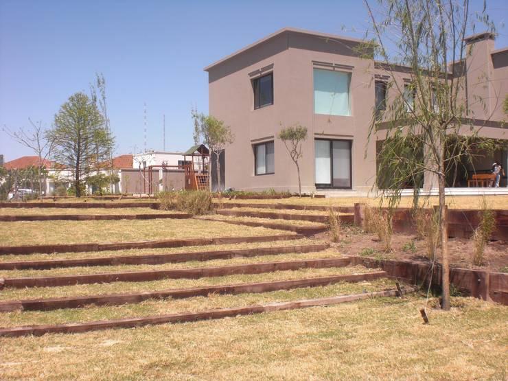 jardin Santa barbara- Bs As- Argentina: Jardines en la fachada de estilo  por Ib - Paisajista,Clásico