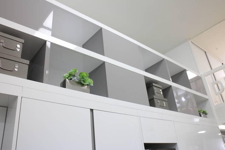 복층 수납공간: 모린홈의  상업 공간