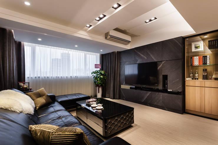 黑白時尚晶亮質感宅:  客廳 by 好室佳室內設計