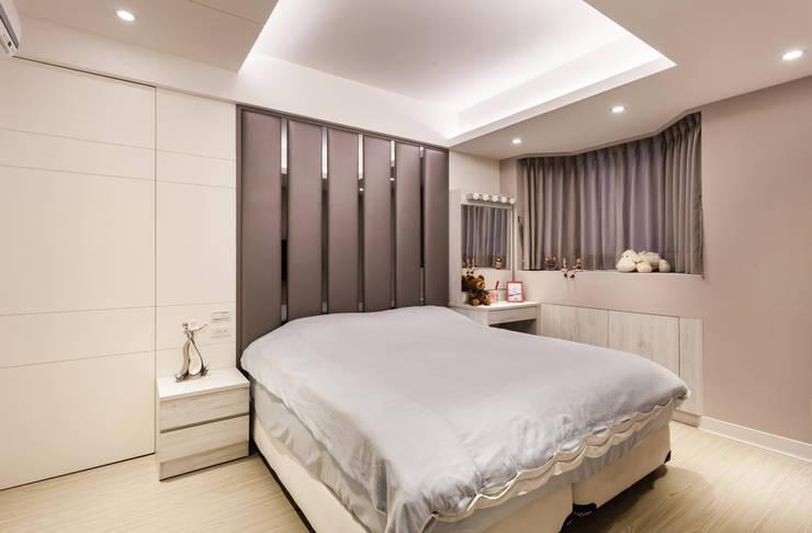 黑白時尚晶亮質感宅:  臥室 by 好室佳室內設計