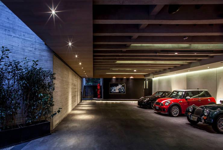 Estacionamiento: Garajes abiertos de estilo  por Eduardo Gutiérrez Taller de Arquitectura