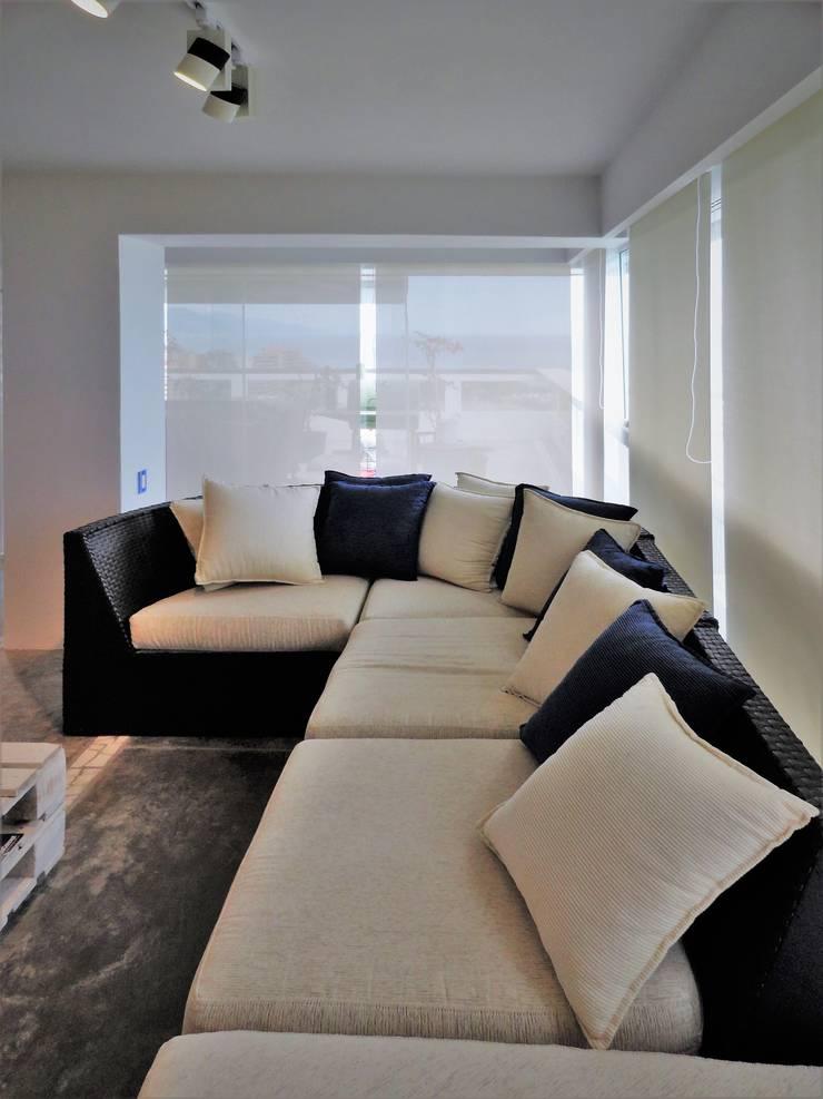 Apartamento de Playa: Salas / recibidores de estilo  por RRA Arquitectura