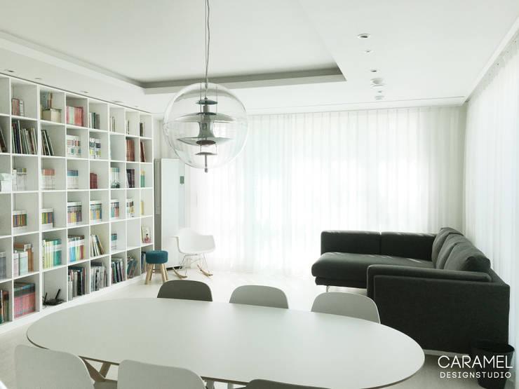마이너스옵션_ 화이트 인테리어: 카라멜 디자인 스튜디오의  거실