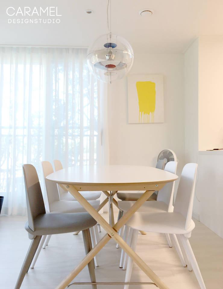 마이너스옵션_ 화이트 인테리어: 카라멜 디자인 스튜디오의  다이닝 룸