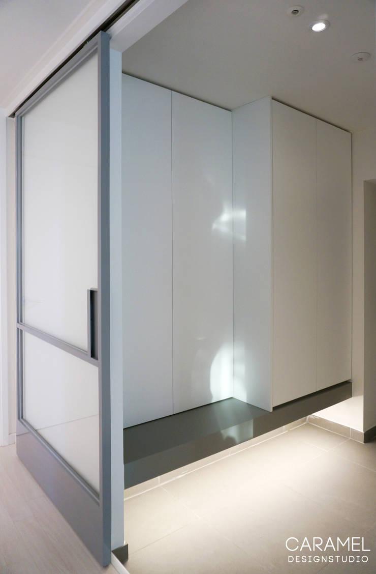 마이너스옵션_ 화이트 인테리어: 카라멜 디자인 스튜디오의  복도 & 현관
