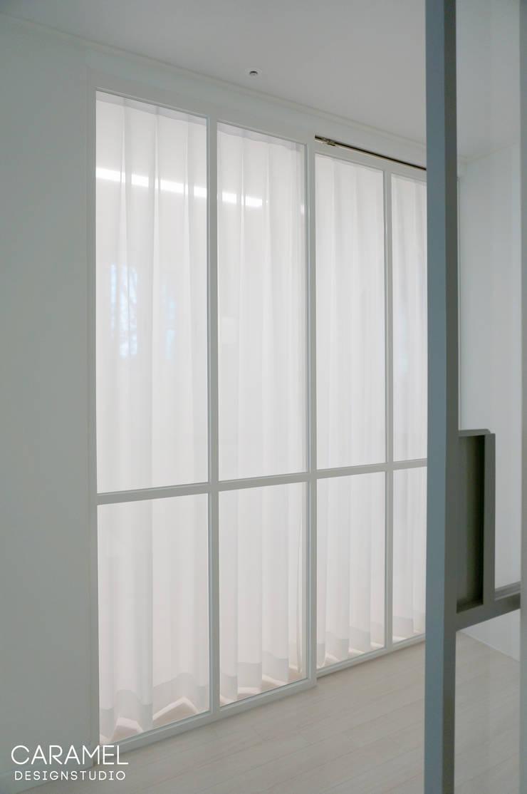 마이너스옵션_ 화이트 인테리어: 카라멜 디자인 스튜디오의  서재 & 사무실