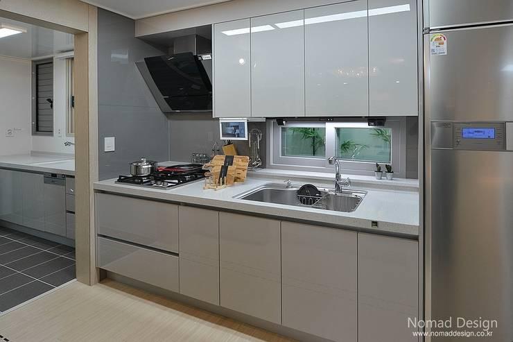 부산 호텔을 컨셉으로한 24평 아파트(2): 노마드디자인 / Nomad design의  주방 설비