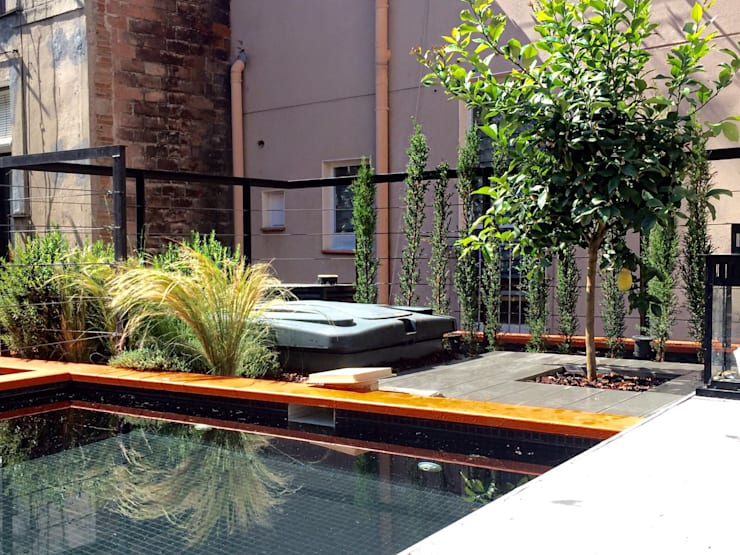 TERRAZA PARTICULAR CON PISCINA  - BARCELONA: Jardines de estilo mediterráneo de BURESINNOVA S.A.