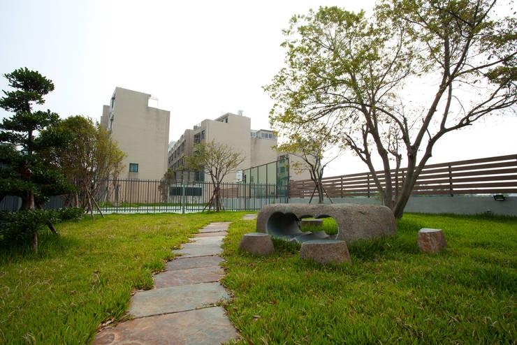 完工後庭院公園:   by 萩野空間設計