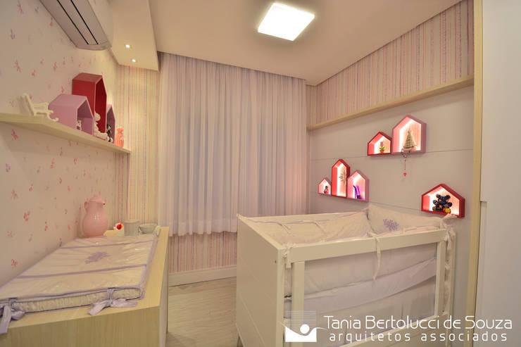 غرف الرضع تنفيذ Tania Bertolucci  de Souza  |  Arquitetos Associados
