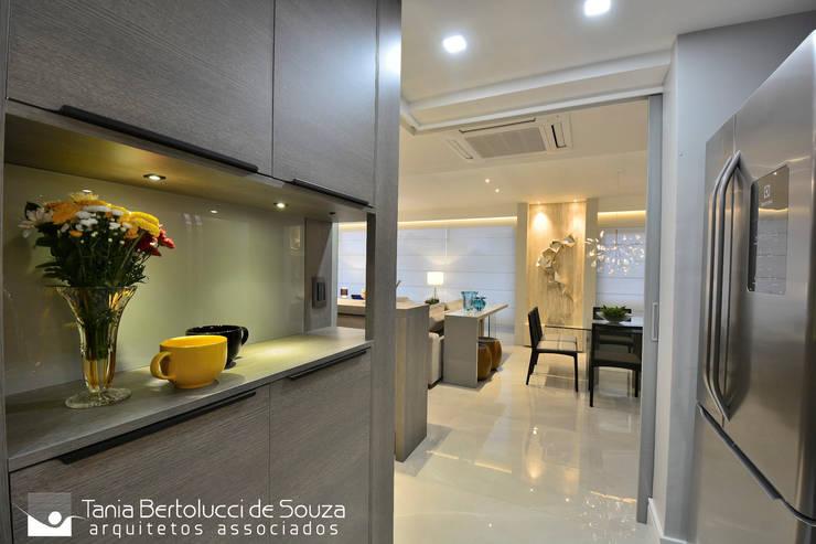 Residência Quintino Bocaiúva – Área Social: Armários e bancadas de cozinha  por Tania Bertolucci  de Souza  |  Arquitetos Associados