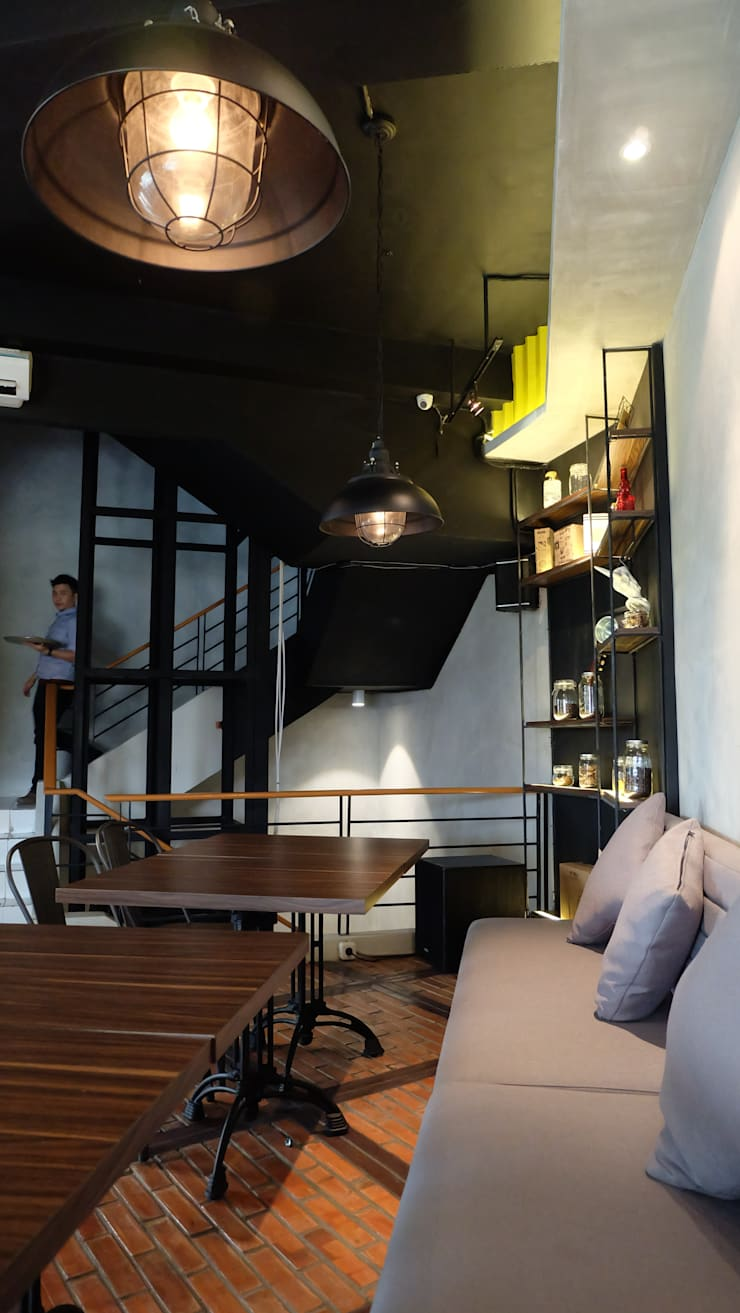 Cafe and Bar: industrial Dining room by Chromatic Interior