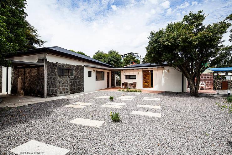 제주 서호동 농가주택 리모델링: 더 이레츠 건축가 그룹의  주택