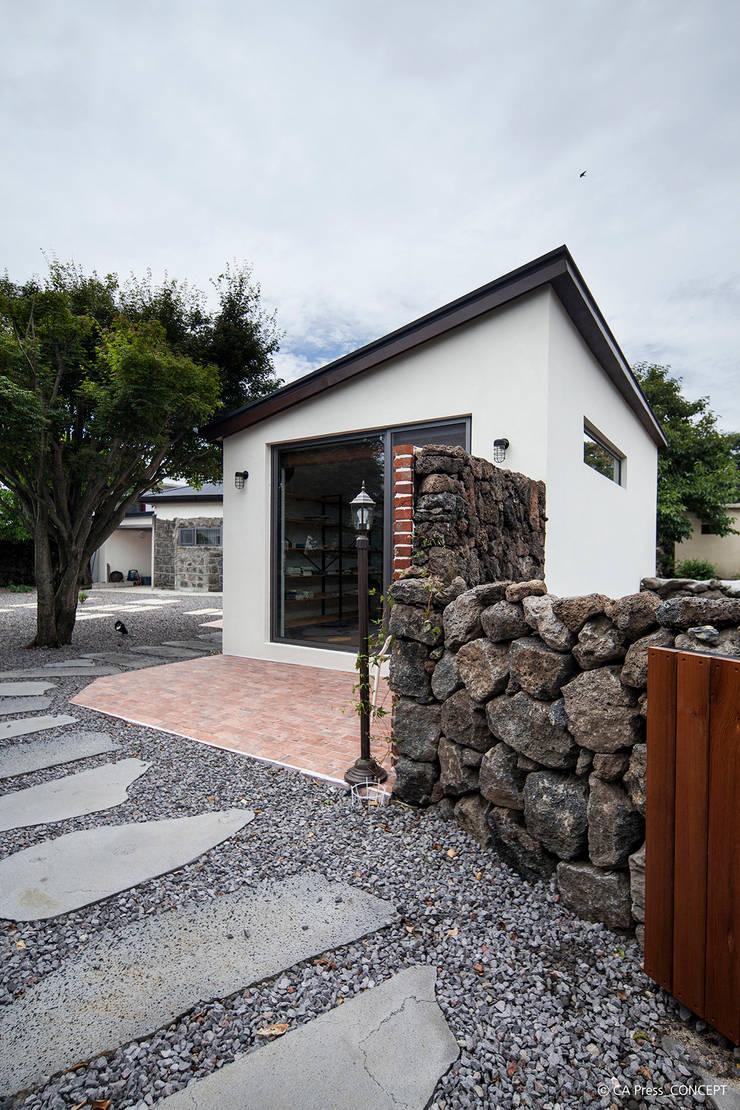 제주 서호동 농가주택 리모델링: 더 이레츠 건축가 그룹의  주택,모던