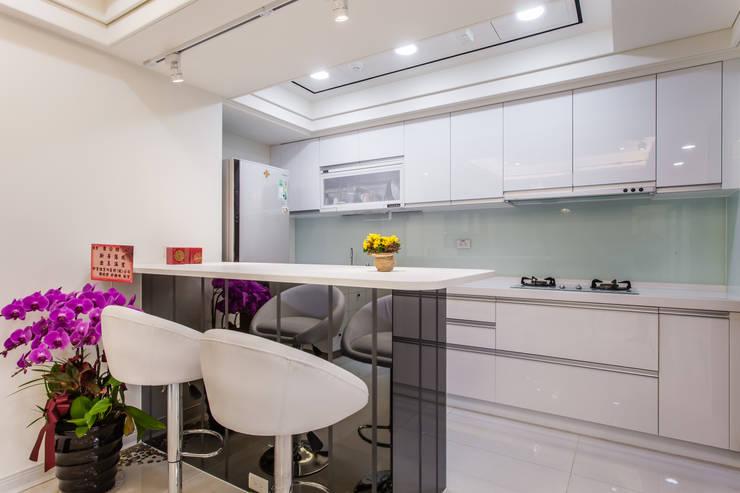 晶亮27坪空間放大術:  廚房 by 好室佳室內設計