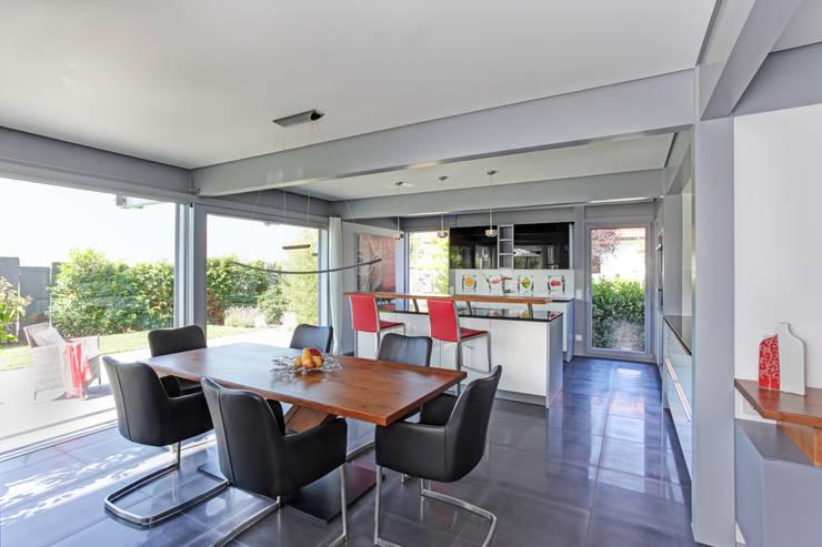 Kundenhaus Friedrichsenu2014Familienvilla Mit Innen Pool. Modern Kitchen By  DAVINCI HAUS ...