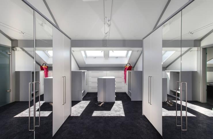 Projekty,  Garderoba zaprojektowane przez DAVINCI HAUS GmbH & Co. KG
