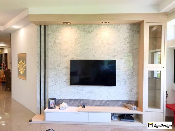 Mandarin Gardens Condo:  Living room by AgcDesign,Modern