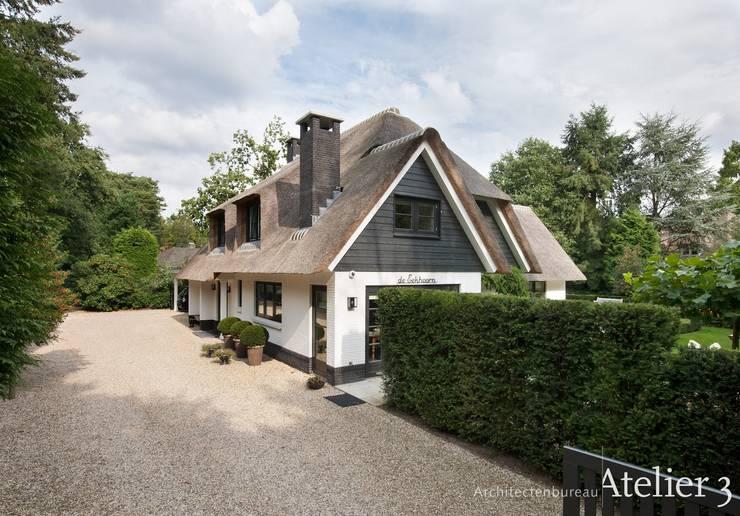Landelijke villa in Blaricum:  Villa door Architectenbureau Atelier3, Landelijk Steen